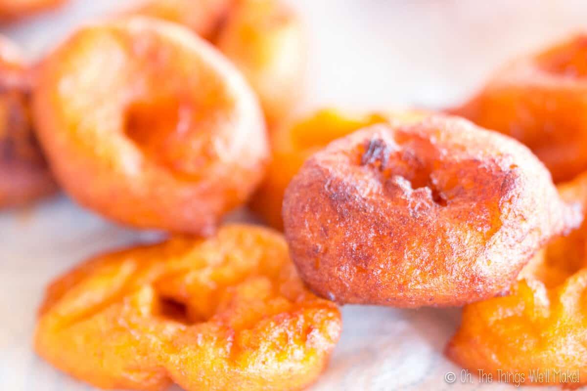 unos buñuelos de calabaza recién fritos en un plato con papel de cocina para absorber la grasa