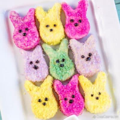 vista aérea de unos masmelos caseros en forma de conejo cubiertos con coco teñido de colores naturales