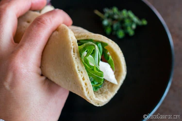 Una ensalada enrollada en un pan pita paleo