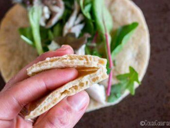 Con esta fácil receta de pan pita sin gluten, puedes acompañar kebabs o enrollar ensaladas y sandwiches en un pan flexible sin trigo y paleo.#pan #pita #singluten #paleo