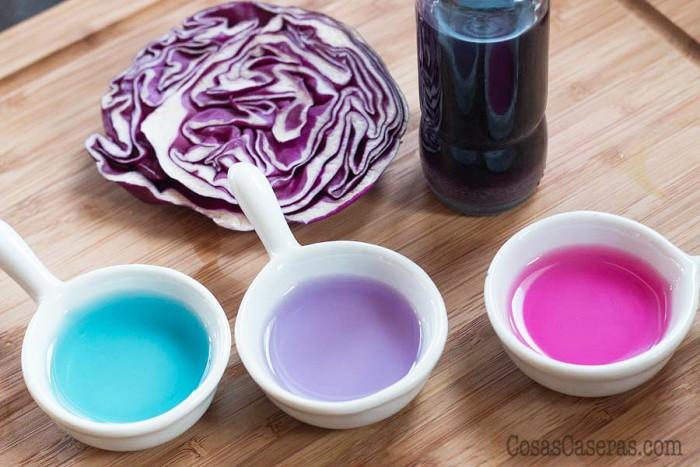 Este colorante alimentario natural es mágico y 100% casero. Cambia de colores con el pH y a los niños les encanta ver como cambia de violeta a fucsia y azúl.