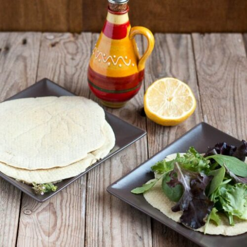 Con esta fácil receta de pan pita sin gluten, puedes acompañar los kebaps o enrollar ensaladas y sandwiches en un pan flexible sin trigo y paleo.