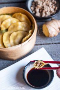 Os enseño hacer dim sum, unas empanadas chinas rellenas de cerdo sazonado con ajo y jengibre que se cocinan al vapor. Esta receta es paleo y sin gluten.