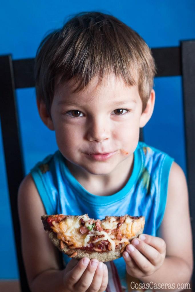 Esta receta de masa de pizza sin gluten ni cereales se puede tomar en el dieta paleo. Es fácil de hacer, delicioso, y baja en carbohidratos.
