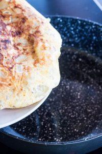 Os enseño como hacer una tortilla de patatas con cebolla con unos trucos para que siempre salga buenísima.