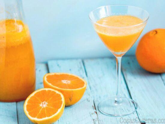 Perfecto para verano el agua de Valencia es un cóctel español refrescante, parecido al mimosa, en el que el zumo de naranja y el cava comparten protagonismo.