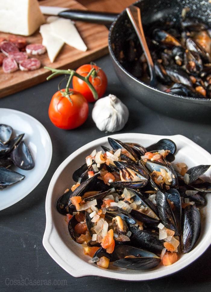 Los mejillones al vapor con tomate y cebolla impresionan, pero hacerlos es sencillo y rápido. ¿El resultado? Un plato saludable y deliciosa.
