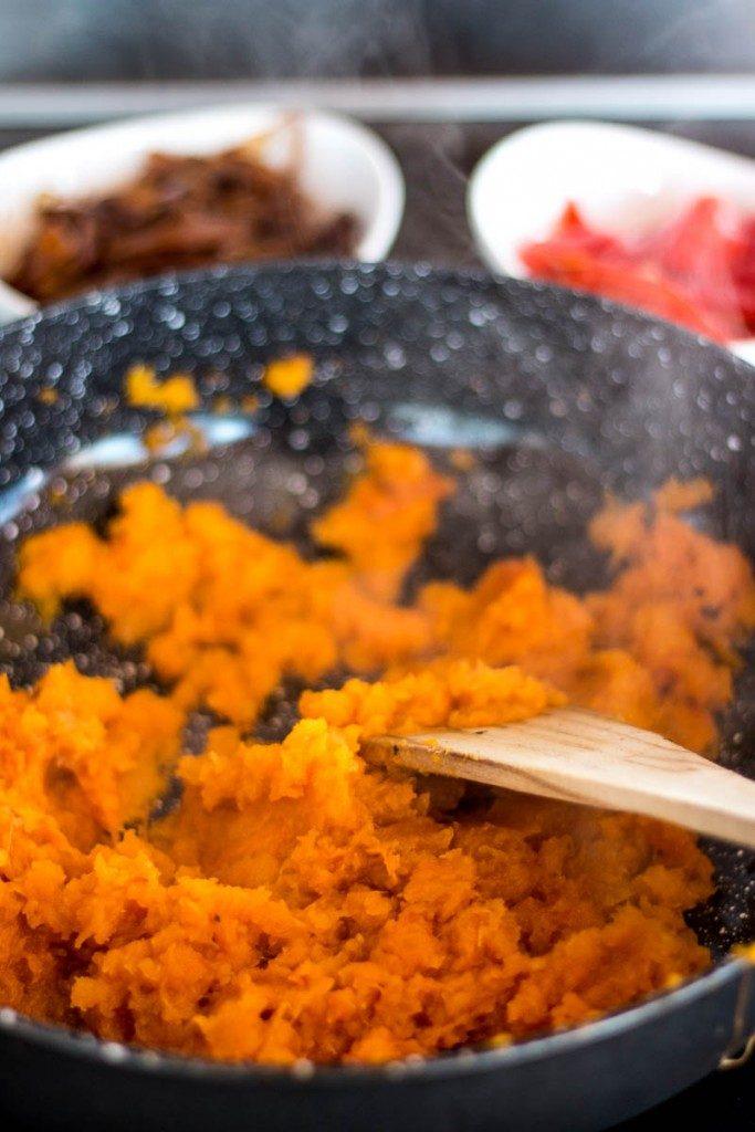 En otoño apetecen sopitas calentitas como esta crema de calabaza asada con cebollas caramelizadas y pimientos rojos. Es saludable, sabroso, y fácil de hacer.