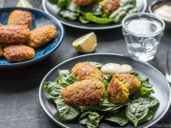 Aunque parezca exótico, falafel es una comida vegana sencillo de preparar. Os enseño como hacer falafel casero y delicioso en poco tiempo. Le he añadido la cúrcuma a mi receta de falafel para darle un poco de color, sabor y sus beneficios para la salud.