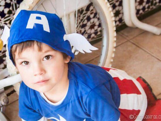 niño en disfraz de Capitán América casero