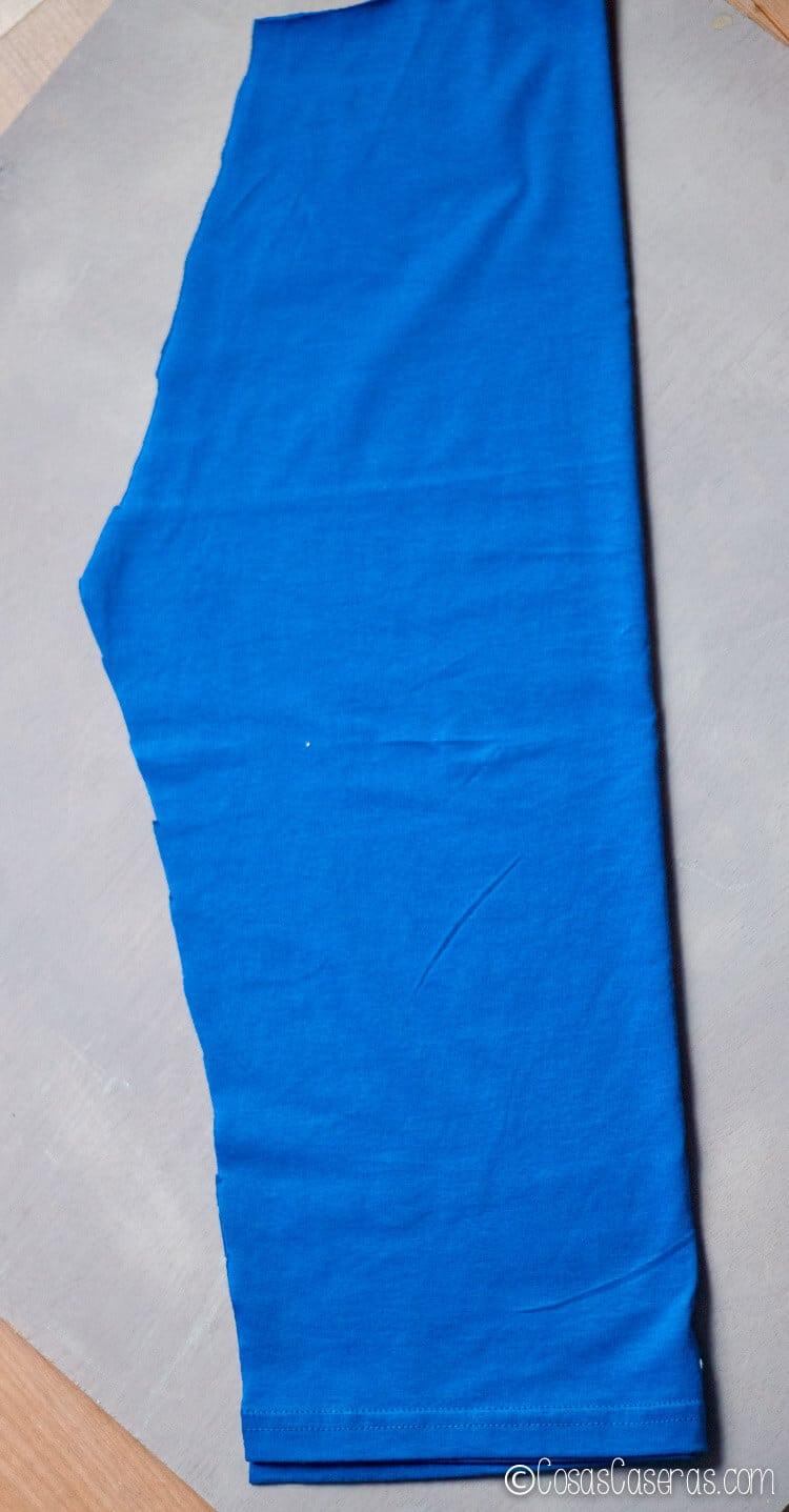 la tela cortada y preparada para coser los pantalones del disfráz