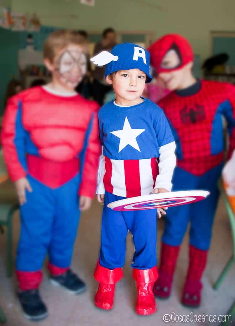 cd1f49268 niños disfrazados de superhéroes enfocando en un niño disfrazado de Capitán  América