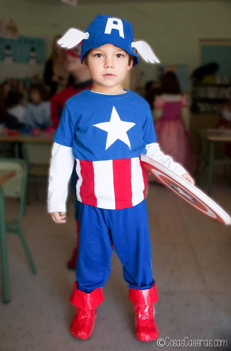 foto de un niño vestido en un disfraz de Capitán América casero