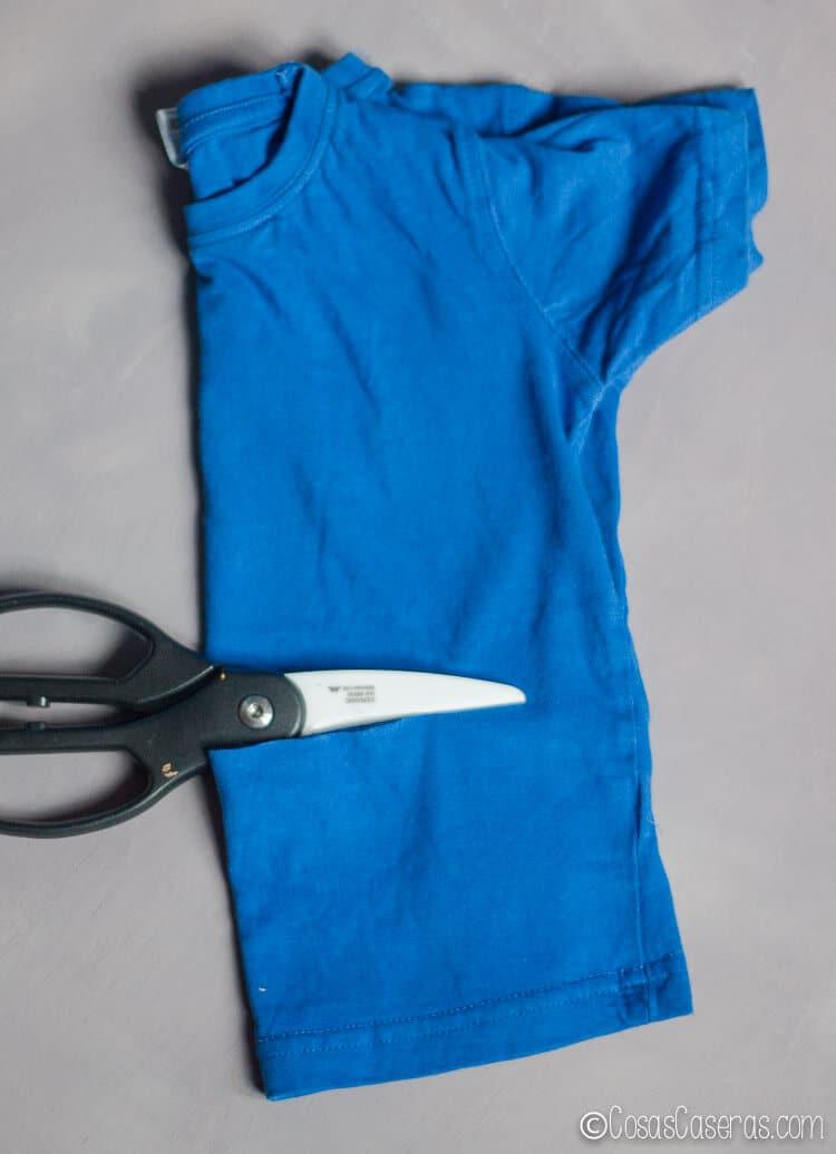 Foto de como doblar la camiseta para cortarla simétricamente