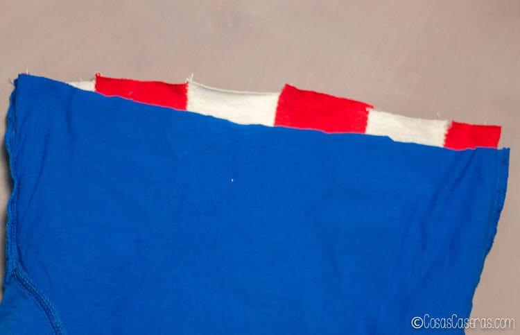 como juntar las rayas con la parte azúl cuando haces una camiseta de Capitán América