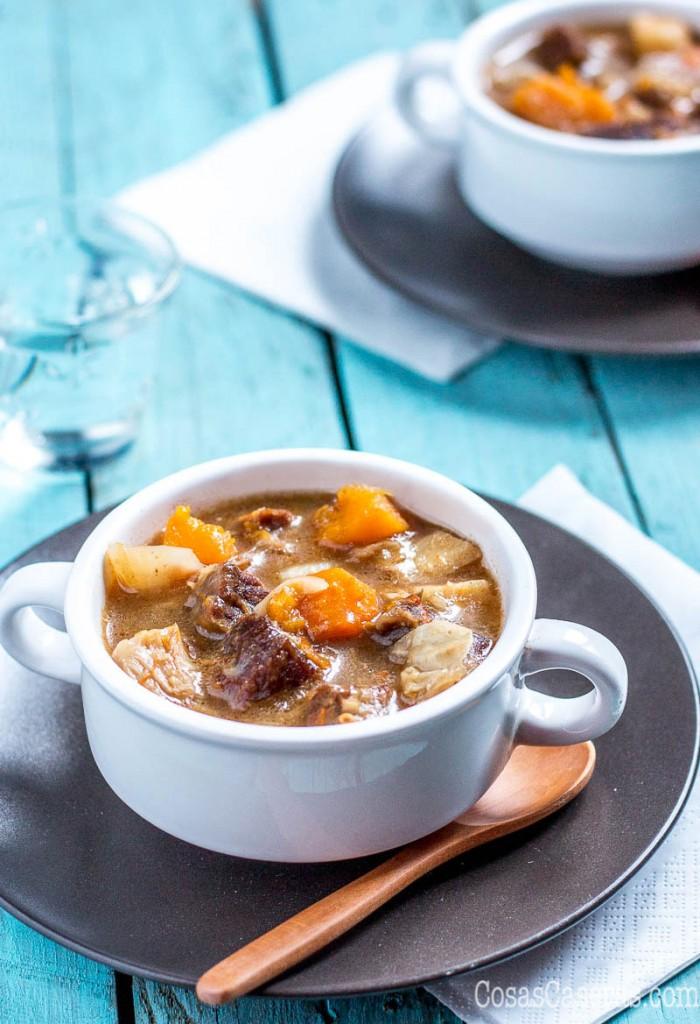 Perfecto para entrar en calor en invierno, este estofado de ternera con verduras (paleo, sin gluten) es fácil de hacer y está buenísimo. Se puede hacer en la olla lenta o la olla rápida.
