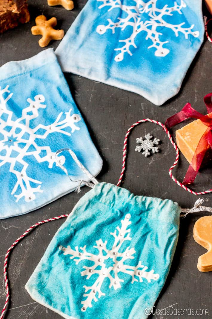 3 bolsitas de regalo hechas con copos de nieve de papel