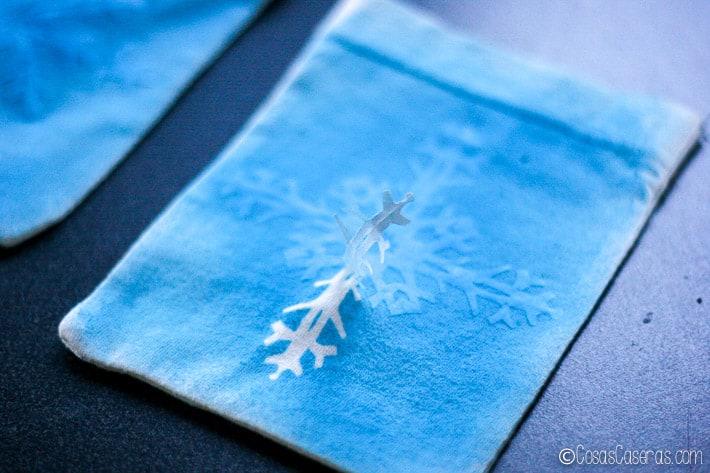 quitando el copo de nieve de papel, se ve el color blanco de la tela debajo