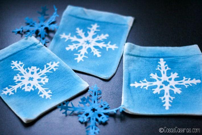 3 bolsitas de regalo con diseño de copitos de nieve