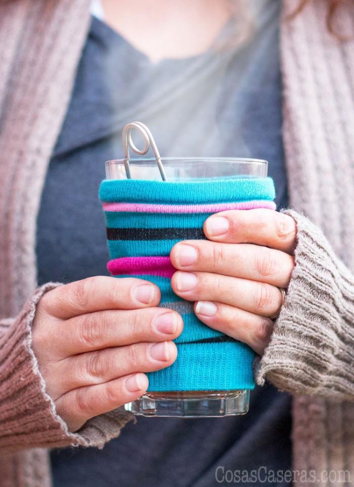 Entra en calor este invierno con una bebida caliente sin quemarte con un cubretaza fácil que se puede hacer de un calcetín sin pareja en sólo 5 minutos. También puedes hacer un cubretaza con retalles de tela polar u otras prendas de punto.