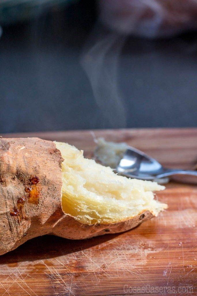 Dulce de boniato es un relleno para la pastelería que se utiliza sobre todo en Navidad en los pastissets (pastelitos) o en empanadillas dulces. Aunque la mayoría de la gente lo compra en conserva, es muy fácil de hacer y sale mucho mejor cuando se hace casero.
