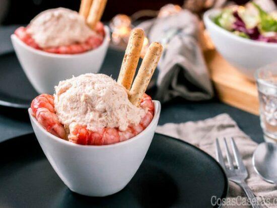 Lo suficiente elegante para servir en la cena navideña, pero bastante simple para la comida de todos los días, esta ensaladilla de marisco, o ensaladilla de gambas, siempre triunfa.