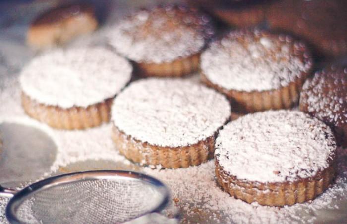 Suaves y quebradizos, los mantecados y los polvorones son las galletas españolas tradicionales que llenan los supermercados en Navidad. Os enseño cómo hacer mantecados y polvorones caseros.