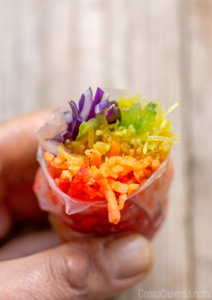 Comer el arcoiris es divertido y fácil con estos rollitos de primavera con papel de arroz.