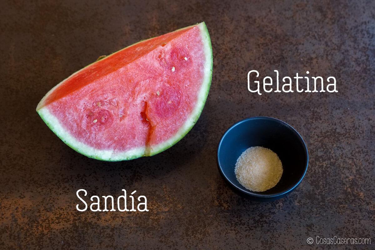 Vista aerea de un trozo de sandía y un bol con gelatina granulada