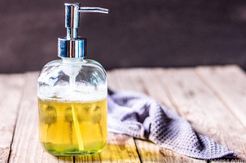 El jabón de castilla líquido, hecho con aceite de oliva, es un jabón muy hidratante y versátil. Aprende hacerlo en casa y ahórrate dinero.