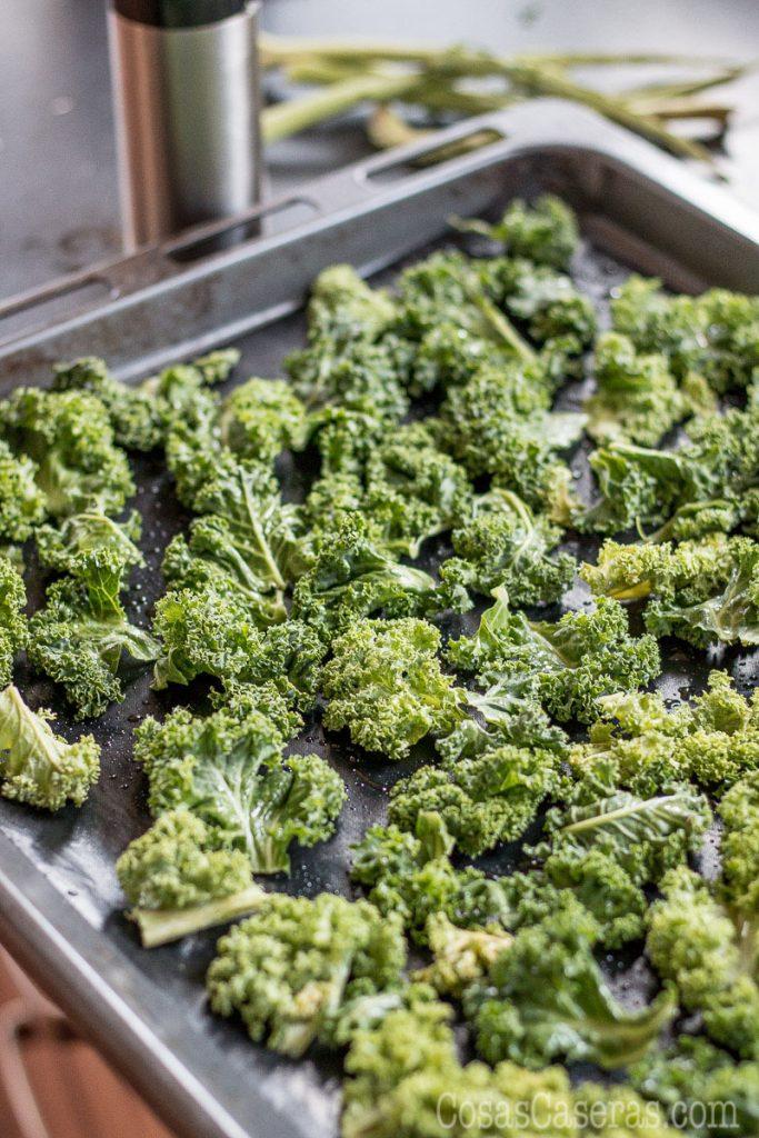 """Un aperitivo sano y facil de hacer, los kale chips, o """"papas"""" de kale, son la manera más divertida de comer verduras."""