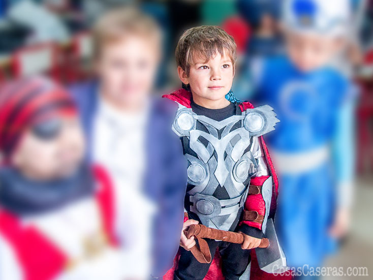 Con un poco de cola caliente, goma espuma, fieltro, y pintura, se puede hacer este divertido disfraz de Thor casero. Os eñseño como hacer el martillo de Thor, el traje, brazales, y casco.