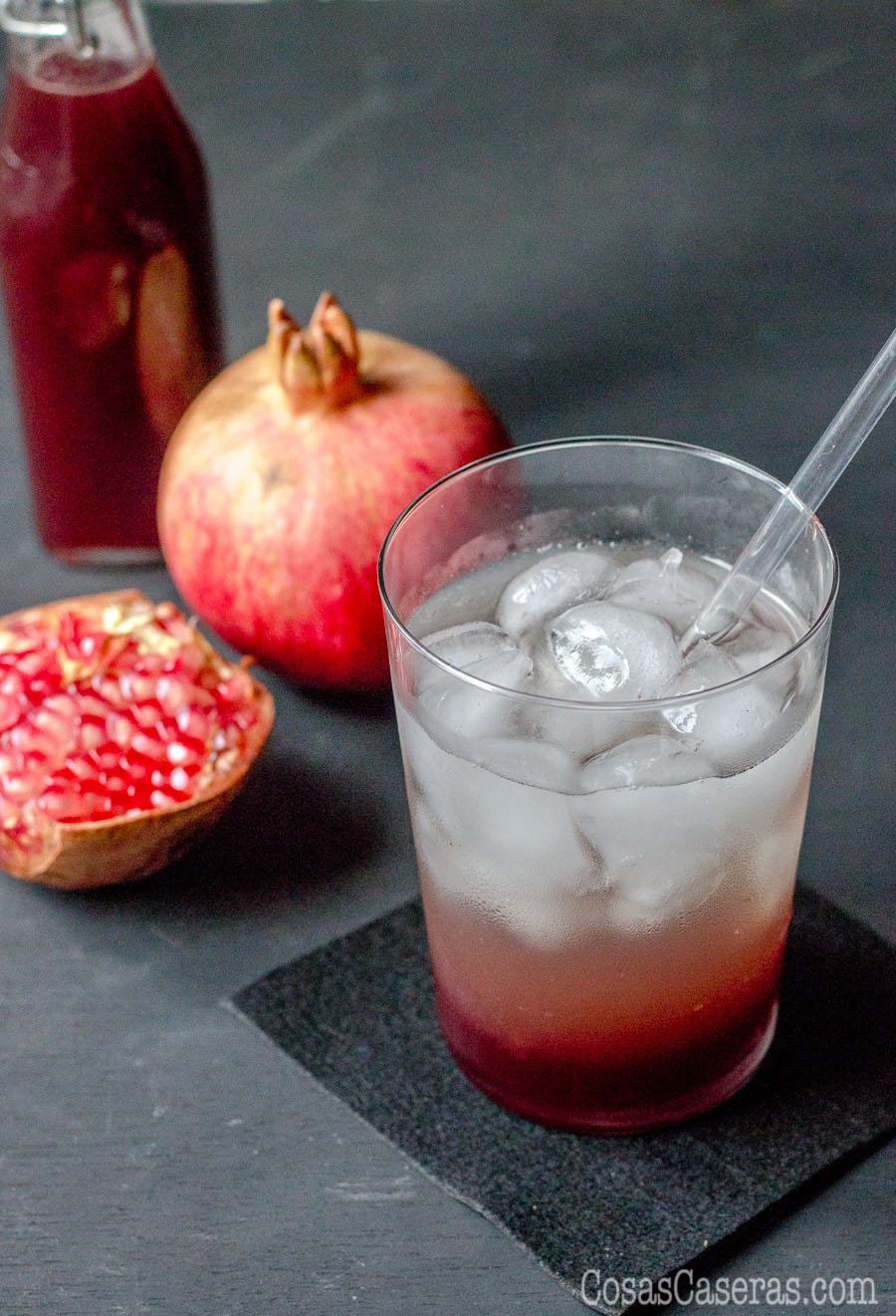 Es fácil hacer granadina casera usando o granadas frescas o zumo de granada. Impresiona a tus amigos con un cóctel fino hecho con granadina casera, libre de los colores y sabores artificiales que le meten a la granadina que se vende.