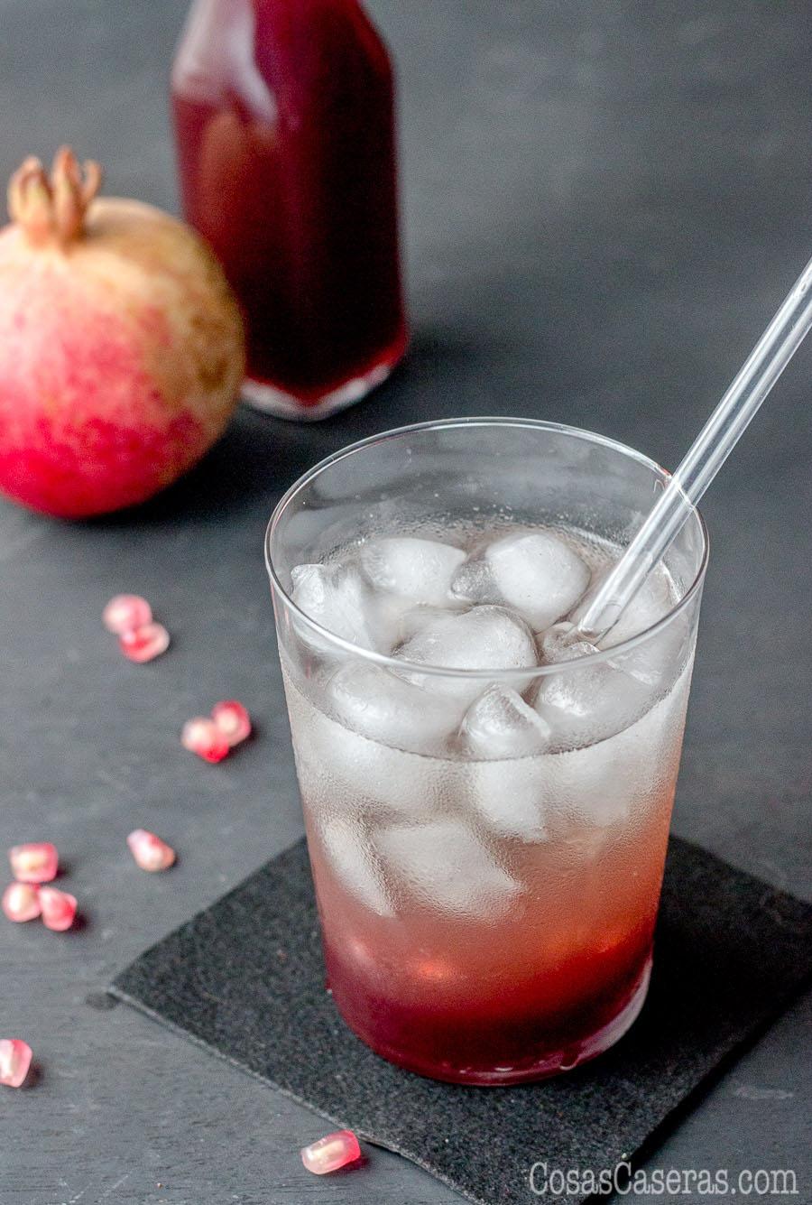 Un cóctel hecho con granadina casera y agua con gas.