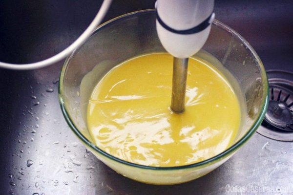 Hacer jabón casero no es difícil. Hoy os enseño como hacer un jabón casero fácil para principiantes, con unas ideas para personalizarlo con exfoliantes, aceites esenciales, etc.