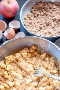 Mezclando las manzanas con la masa para el bizcocho de manzanas