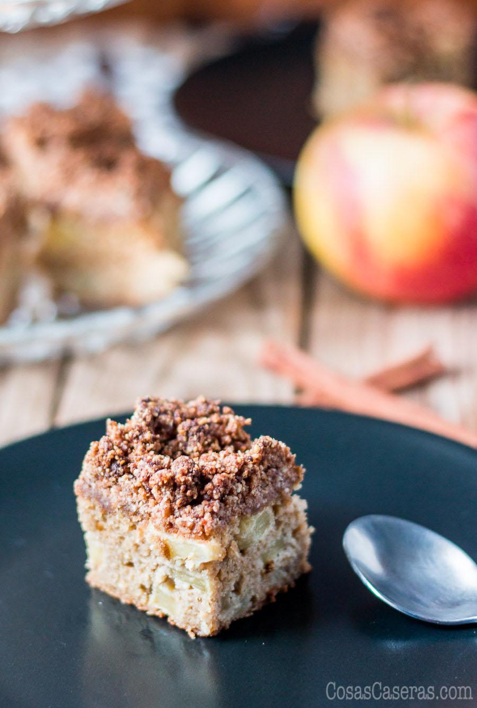 Las manzanas le dan dulzor y humedad que contrasta con su cobertura de migas crujientes a este bizcocho de manzanas paleo. Es una coca dulce genial para servir con café después de las comidas.