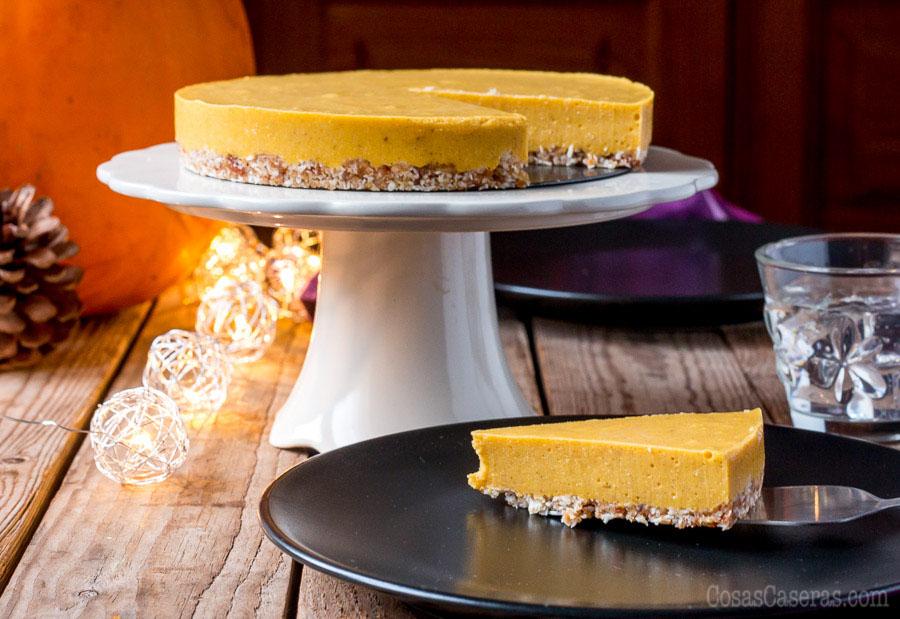 Super rápido y fácil de hacer, esta tarta de calabaza paleo sin horno se puede preparar en menos de 15 minutos, y es un postre genial para las cenas de otoño.