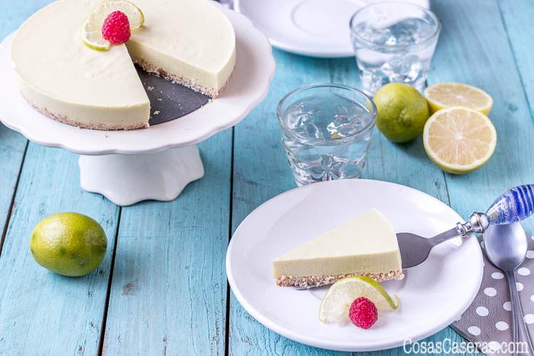 """Suave y cremosa, esta tarta de lima paleo sin horno, conocida como """"key lime pie,""""se hace en un momento, sin lácteos ni colorantes artificiales."""