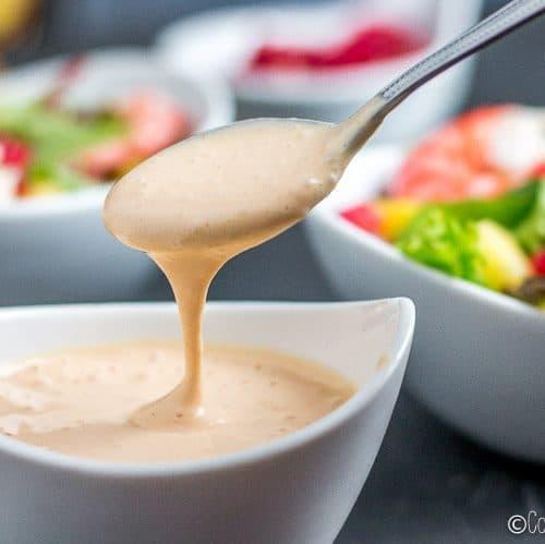 La salsa rosa es una salsa ideal para aliñar ensaladas, ensaladillas o cócteles de marisco. Os enseño como hacer salsa rosa casera de manera fácil y rápida. #salsa #salsarosa #aderezo