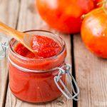 Conserva los tomates de la huerta con una pasta de tomate casera fácil, o salsa de tomate concentrada, que se puede hacer en la encimera, en el horno o en una olla de cocción lenta.