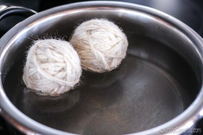 2 bolas de lana en una olla con agua