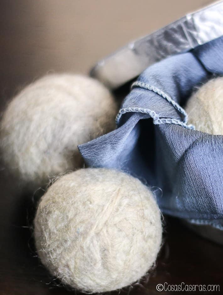 Vista de cerca de unas bolas de lana para la secadora