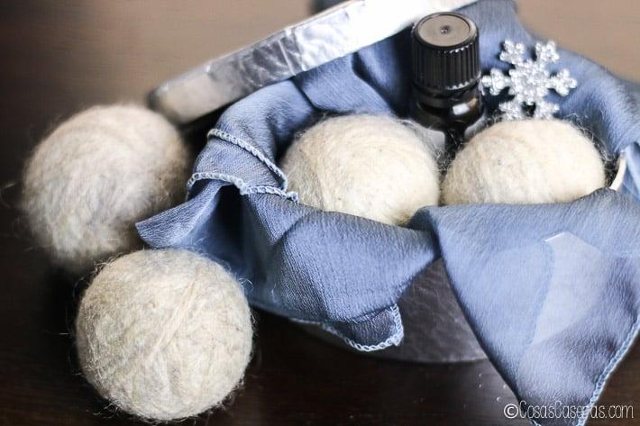 Las bolas de lana para la secadora (wool dryer balls)son fáciles de hacery sirven parasuavizar la ropa, reducen el tiempo de secado y eliminan la electricidadestática sin químicas y de manera ecológica. #cosascaseras #lana #bolasdelana #limpiezaeco #limpiezaecologica #secadora #productos #limpieza #colada #lavanderia #bolaslanasecadora #suavizante #suavizanteropa