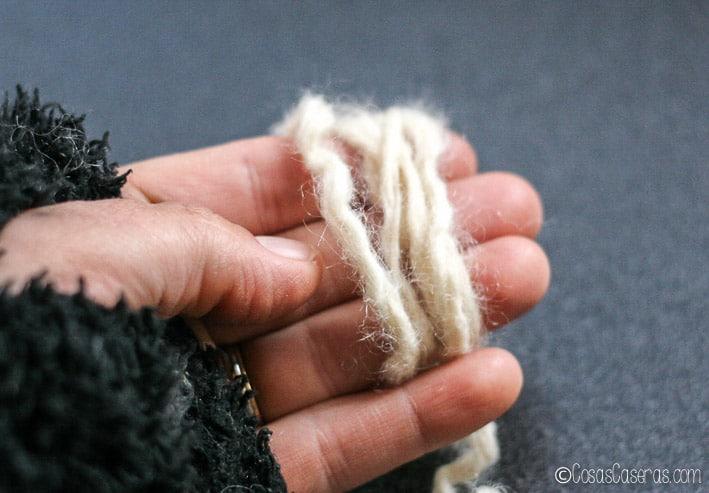 Enrollando la lana en los dedos