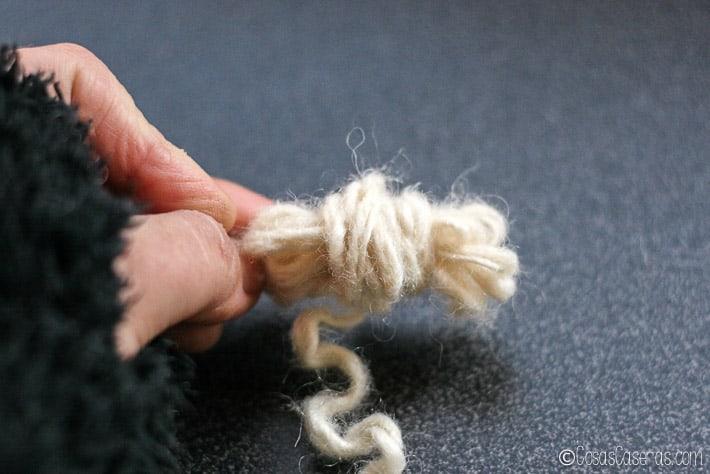 Envolviendo la lana para empezar a formar una bola