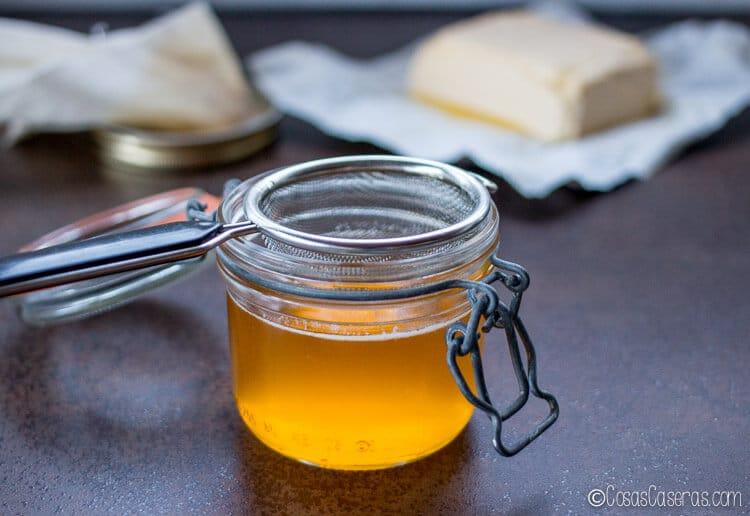 Por su alto punto de humeo, el ghee es ideal para freír y para usar en recetas paleo. Aprende a hacer ghee o mantequilla clarificada rápida y fácilmente. #ghee #mantequilla #mantequillaclarificada