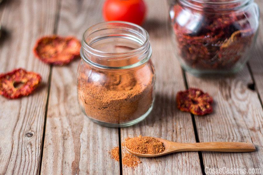 Ahorra espacio conservando los tomates deshidratándolos para hacer tomates secos y un polvo de tomate super versátil. Aprende cómo hacer el tomate en polvo, y cómo usarlo.