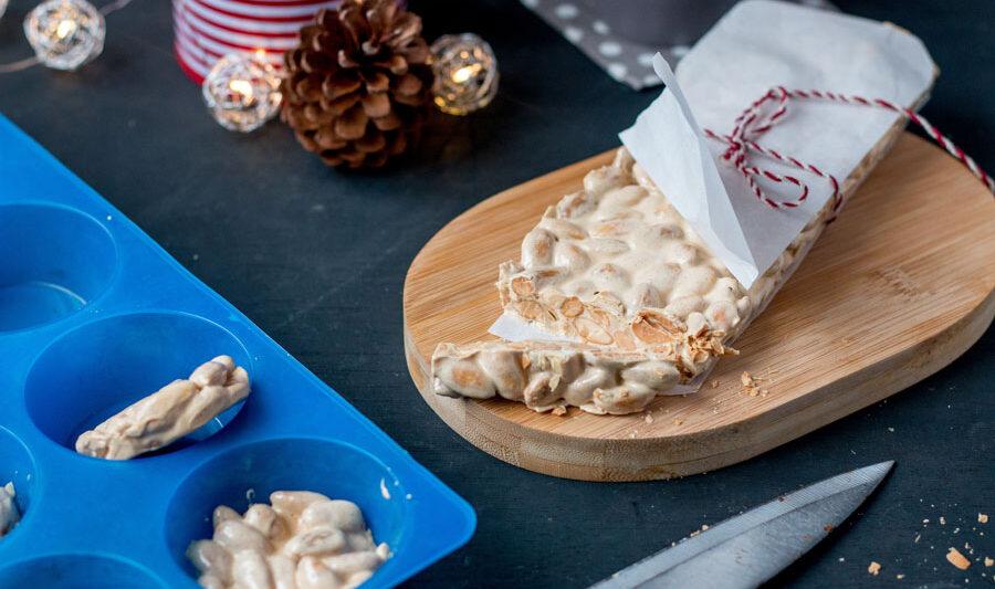 Uno de los dulces más populares de Navidad en España es el turrón de almendras. Hoy voy a compartir mi receta de turrón de Alicante, el turrón dura de almendras.