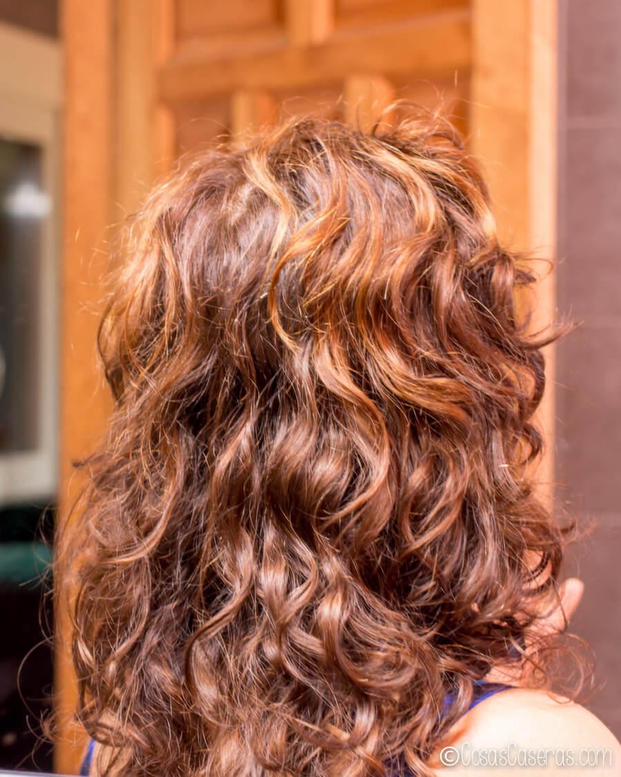 Una foto de mi cabello después de usar el acondicionador casero para el cabello.